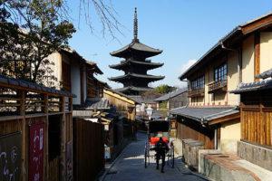 京都府京都市東山区八坂上町にて。法観寺の五重塔(通称「八坂の塔」)を見る。