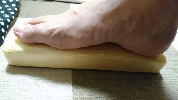 フット・スタンドに足を乗せている写真